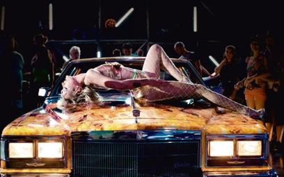 """Agathe Rouselle w filmie """"Tytan"""" Julii Ducourneau. To tegoroczna Złota Palma w Cannes"""