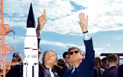 Tam, hen hen, wyżej i dalej niż Rosjanie. Nieboskłon podziwiają prezydent John F. Kennedy (po prawej