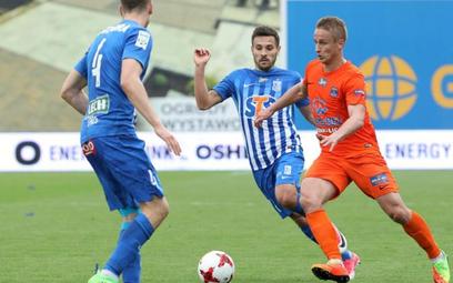 Vladislavs Gutkovskis (z prawej) strzelił samobójczą bramkę dla Lecha.