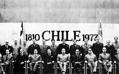 """Prezydent Augusto Pinochet (siedzi w środku) i jego rząd, którego ekonomiczny trzon stanowili """"chłop"""
