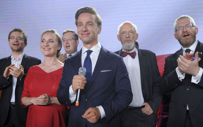 Krzysztof Bosak podczas wieczoru wyborczego.