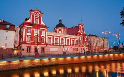 Budynek dawnego katolickiego gimnazjum św. Macieja jest siedzibą Zakładu Narodowego im. Ossolińskich