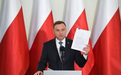 Prezydent Andrzej Duda przedstawiający projekty ustaw o SN i KRS