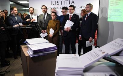"""Szef stowarzyszenia """"Iustitia"""" Krystian Markiewicz (3P), sędzia Paweł Juszczyszyn (P), sędzia Jakub"""