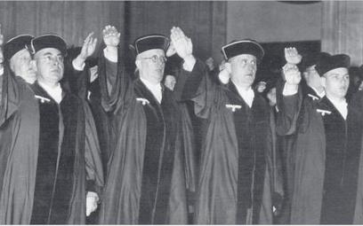 Niemieccy sędziowie składają przysięgę wierności Adolfowi Hitlerowi (1936 r.)