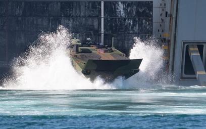 Transporter ACV opuszcza dok okrętu desantowego. Fot./BAE Systems.