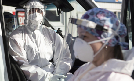 Ratownik medyczny w odzieży ochronnej