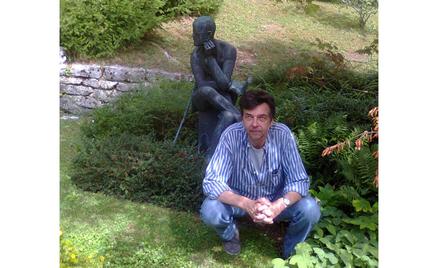 """Ulissesa"""". Na zdjęciu przy grobie Jamesa Joyce'a na cmentarzu w Zurychu"""