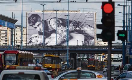 Stereotypy w reklamie są na cenzurowanym. A co z prowokacją? (billboard w centrum Warszawy)