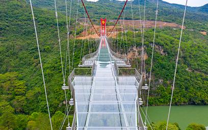 Oto szklany most nad rzeką w Chinach. Pod nim – przepaść