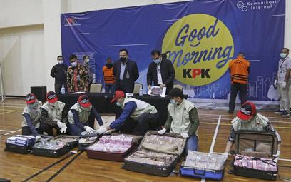 Indonezyjska policja antykorupcyjna prezentuje środki skonfiskowane w związku ze śledztwem ws. afery