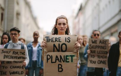 """Młodzi ludzie na całym świecie do polityków: """"przyszłość nas przeraża"""""""