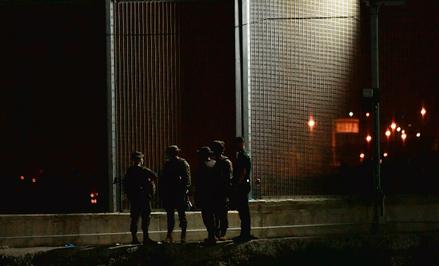 Hiszpańscy żołnierze w enklawie Ceuta zalanej w maju tego roku przez tysiące imigrantów. Rząd od raz