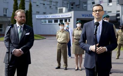 Były minister zdrowia Łukasz Szumowski i premier Mateusz Morawiecki. Według Onetu ten pierwszy jest
