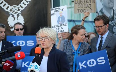 Sędzia Beata Morawiec (w środku) przed siedzibą Sądu Najwyższego w Warszawie.