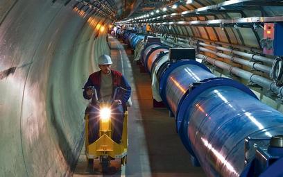 W tunelu niedaleko Genewy wewnątrz rury w przeciwnych kierunkach będą się poruszały cząstki i w czte