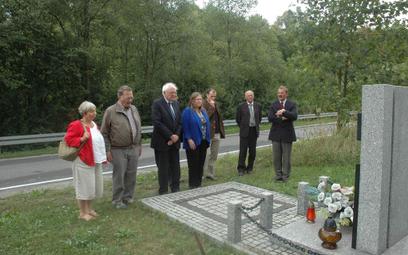 Senator Sanders, jego brat, i ich żony pod pomnikiem poświęconym partyzanton z drugiej wojny światow