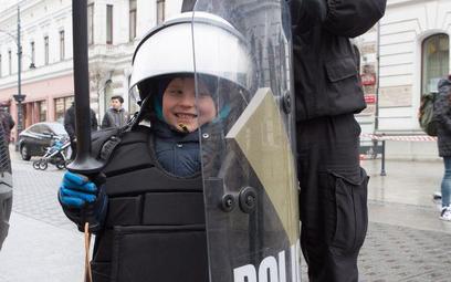 Policja na wszelkie sposoby zachęca do pracy w formacji