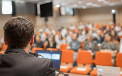 Rząd zwalnia z kwarantanny gości swoich konferencji
