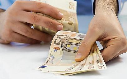 Przepisy zobowiązują m.in. do rejestracji podejrzanych transakcji, których wartość przekracza 15 tys