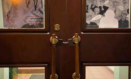 """Drzwi stowarzyszenia Memoriał """"zakute"""" w kajdanki"""