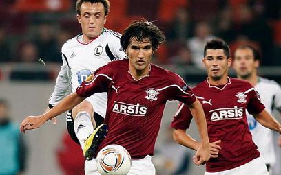 Miroslav Radović (z tyłu) strzelił w pierwszym meczu z Rapidem zwycięską bramkę dla Legii