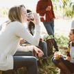 Osoby pijące wino z kieliszków na dworze