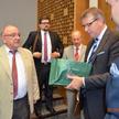 Od lewej: Jerzy Kozdroń i przedstawiciele krakowskiej adwokatury