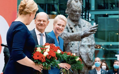 Olaf Scholz świętuje z koleżankami z SPD Franziską Giffey (pierwsza z lewej) i Manuelą Schwesig