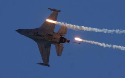 F-16 Jastrząb odpala flary MJU-7A/B. Fot./Łukasz Pacholski.
