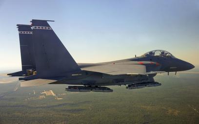 Samolot myśliwsko-bombowy F-15E Strike Eagle z podwieszonymi bombami GBU-53/B StormBreaker. Fot./Ray