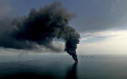 Płonąca platforma Deepwater Horizon