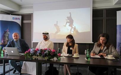 Nader Albastaki wystąpił na spotkaniu z dziennikarzami w stroju narodowym. Towarzyszyła mu Jessie Li