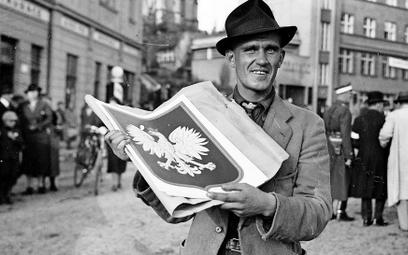 Kup pan orła. Październik 1938 r., w przejętym Cieszynie rozkwita handel kartonowymi polskimi godłam