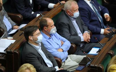 Paweł Kukiz na sali obrad Sejmu.