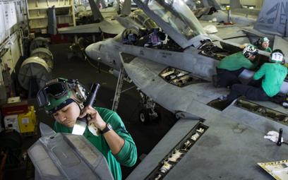 Przegląd techniczny myśliwca F/A-18F Super Hornet z dywizjonu VFA-2 prowadzony w hangarze lotniskowc