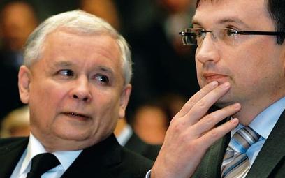 Europoseł Zbigniew Ziobro (na zdjęciu z prezesem PiS Jarosławem Kaczyńskim w listopadzie 2010 r. w K