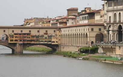 Przejście, zwane Corridoio Vasariano, biegnie nad rzeką Arno i po moście Ponte Vecchio