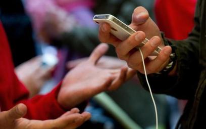Z internetem i smartfonem nie rozstajemy się także przy zakupach w sklepach stacjonarnych.