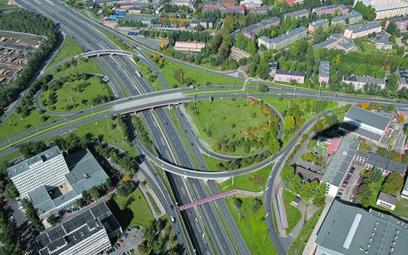 Droga ziemia przy autostradach
