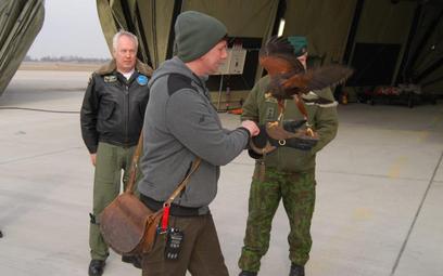 Sokolnik na lotnisku w Szawlach na Litwie, gdzie stacjonują polskie samoloty