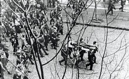 Robotnicy Stoczni Gdyńskiej niosą na drzwiach ciało Zbigniewa Godlewskiego zastrzelonego podczas zam
