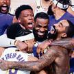 Gwiazdor Los Angeles Lakers LeBron James (w środku) świętuje z kolegami zwycięstwo w finale NBA