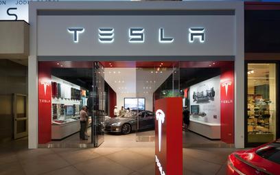 Tesla tnie koszty i zamyka firmowe salony