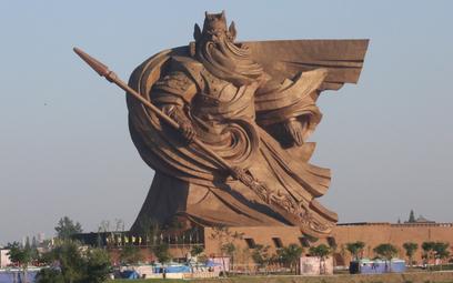 Posąg w Jingzhou wykonany jest z dwóch tysięcy paneli z brązu. Jego budowa trwała ponad trzy lata.