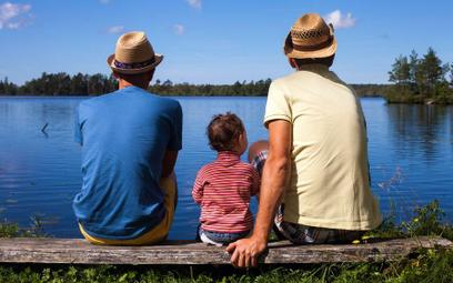 Sondaż: Polacy nie chcą adopcji dzieci przez pary jednopłciowe
