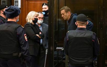 Aleksiej Nawalny rozmawia z prawnikami w czasie rozprawy w moskiewskim sądzie