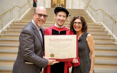 Zuckerberg po 12 latach ukończył Harvard
