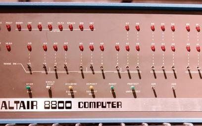 Pierwszym szerzej znanym mikrokomputerem był ALTAIR 8800 – opracowany pod koniec 1974 r. wMITS