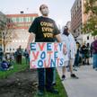 W Lansing wstanie Michigan jedni protestujący domagali się liczenia każdego głosu, drudzy –zatrzym